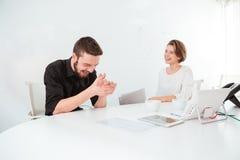 谈话和笑在会议的两个快乐的商人 图库摄影