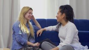 谈话和笑在家购物以后的两个美丽的女朋友 股票视频
