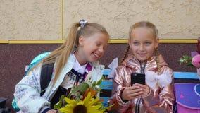 谈话和笑在开始的愉快的女孩同学头等前在学校 股票录像