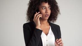 谈话在手机和检查时间的女实业家 影视素材