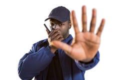 谈话在携带无线电话和做手中止姿态的确信的安全 库存照片