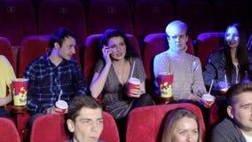 谈话在电话和干扰在戏院的粗鲁的妇女其他观察者 影视素材