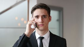 谈话在电话,回答的电话在办公室 股票视频
