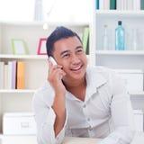 谈话在电话 免版税库存图片