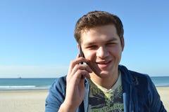 谈话在电话 免版税库存照片