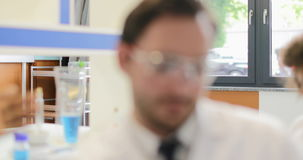 谈话工作在实验室的科学家不同的队,研究员通信 股票视频