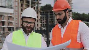 谈话建筑师专家的工程师和分析站立建设中站点的设计规划 行业,建筑 股票录像