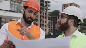 谈话建筑师专家的工程师和分析站立建设中站点的设计规划 行业,建筑 股票视频