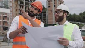 谈话建筑师专家的工程师和分析站立建设中站点的设计规划 行业,建筑 影视素材