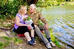 谈话愉快的资深的夫妇拥抱和 免版税库存照片