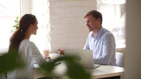 谈话愉快的HR经理藏品的简历震动手聘用的候选人 股票视频