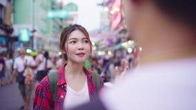 谈话旅客背包徒步旅行者亚洲的夫妇,当花费假日旅行在Khao圣街道路时和享受他们的旅途旅行 股票视频