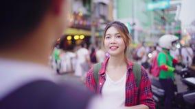 谈话旅客背包徒步旅行者亚洲的夫妇,当花费假日旅行在Khao圣街道路时和享受他们的旅途旅行 股票录像