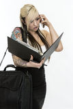 谈话由电话和看笔记的女商人 库存照片