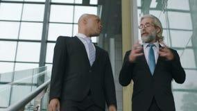 谈话的企业经营者谈论事务,当下降台阶时 股票录像