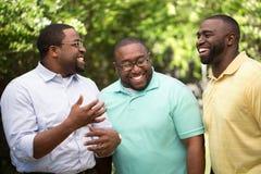 谈话的兄弟笑和 免版税库存图片
