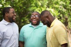 谈话的兄弟笑和 免版税库存照片