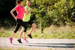 谈话的朋友一起跑和 免版税库存照片