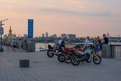谈话的骑自行车的人基于江边和aand,乌克兰, Kyiv 社论 08 03 2017年 库存图片