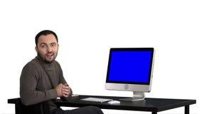 谈话英俊的商人看在照相机和,白色背景 蓝色屏幕大模型显示 股票录像