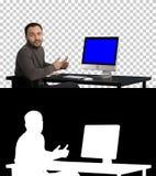 谈话英俊的商人看在照相机和,阿尔法通道 蓝色屏幕大模型显示 免版税库存图片