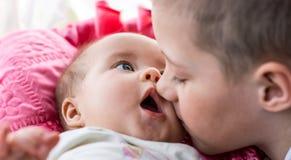 说谎与他的兄弟的婴孩 免版税库存照片