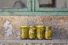 说谎在一个木板的罐装黄瓜在村庄 免版税库存图片