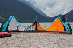 说谎在一个海滩的一只涌起的风筝在三塔Croce湖  库存图片