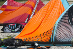 说谎在一个海滩的一只涌起的风筝在三塔Croce湖  免版税库存图片