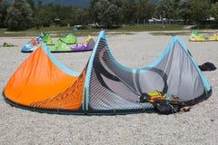 说谎在一个海滩的一只涌起的风筝在三塔Croce湖  库存照片