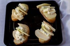 说谎在一个黑色的盘子的Apetitni三明治 免版税库存图片