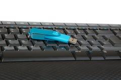 说谎在一个黑键盘的USB棍子 库存照片