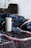 说谎在一张木桌上的堆牛仔裤 免版税图库摄影