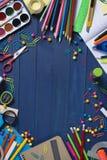 说谎在与空间的桌上的各种各样的文具产品照片写您的广告文本 库存图片