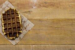 说谎在书桌上的新鲜的比利时华夫饼干 图库摄影