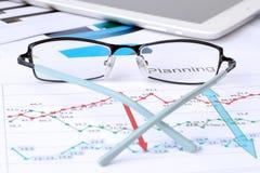 说谎在企业图表分析的玻璃报告 免版税图库摄影