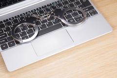说谎在便携式计算机键盘的手铐 免版税库存图片