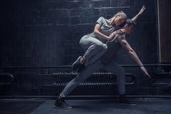 说谎在其他运动员背面的年轻舞蹈家 免版税库存图片