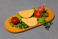 说谎在切板的果子和乳酪 免版税库存照片