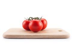 说谎在切板的蕃茄 免版税库存照片