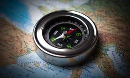 说谎在地图的旅游指南针 免版税库存照片