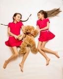 说谎在地板上和使用与玩具熊的两个姐妹 图库摄影