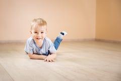 说谎在地板上的一个两岁孩子的画象 免版税图库摄影