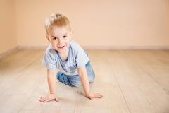 说谎在地板上的一个两岁孩子的画象 免版税库存照片