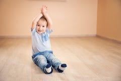 说谎在地板上的一个两岁孩子的画象 免版税库存图片