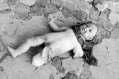 说谎在地板上的残破的玩偶 库存图片
