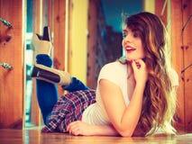 说谎在地板上的牛仔布长裤的女孩 免版税库存照片