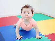 说谎在地板上的逗人喜爱的可爱的白种人微笑的男婴女孩画象在看在照相机的孩子屋子里 库存图片