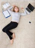 说谎在地毯的少妇 免版税库存图片