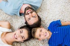 说谎在地毯的父母和儿子画象  库存图片